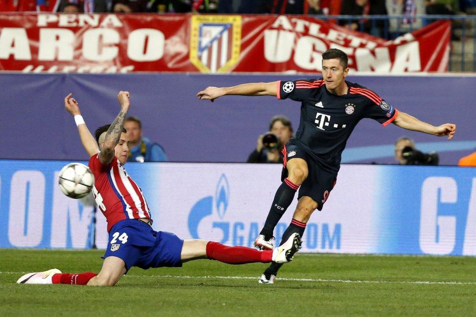 José María Giménez disputa un balón con el delantero polaco Robert Lewandowski