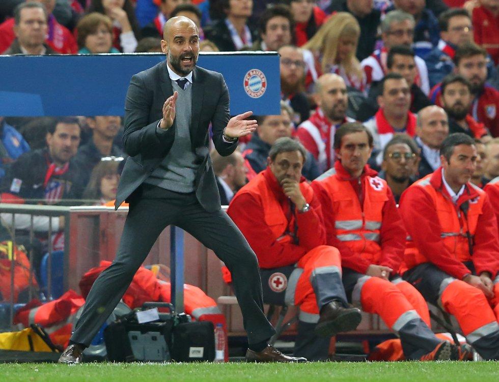 Guardiola da indicaciones a los suyos desde el área técnica