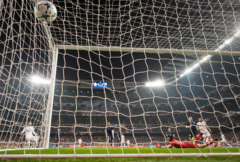 El Real Madrid cerró una fase de grupos casi perfecta con una goleada (8-0) ante el Malmo sueco. Tres goles de Benzema y cuatro de Ronaldo cerraron la fase de grupos de la mejor forma posible.