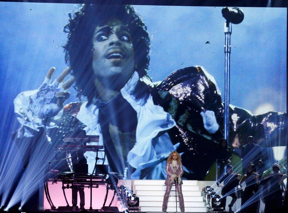 La cantante Madonna, durante su homenaje a Prince en los premios Billboard de la música.