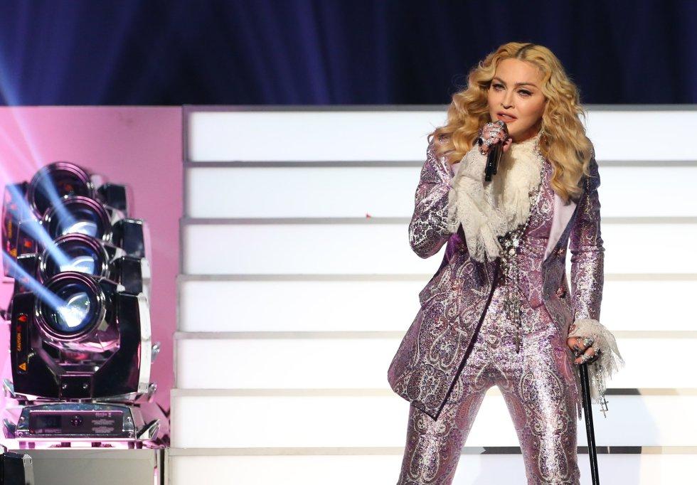Madonna salió al escenario luciendo un traje de pantalón en color lila y portando un bastón en recuerdo de Prince.