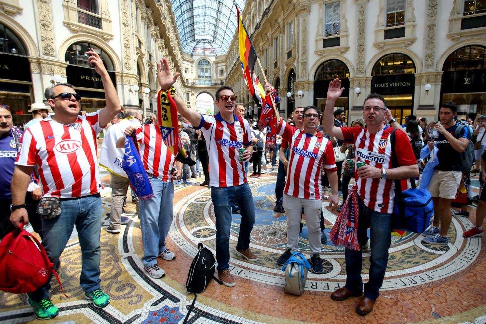 Fans del Atlético ataviados con sus camisetas cantan en la Galería Víctor Manuel II