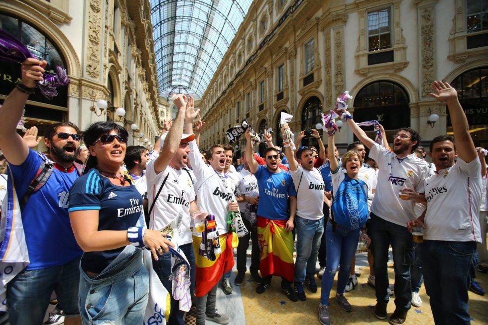 Los aficionados del Real Madrid animan al equipo horas antes de la final de  Milán