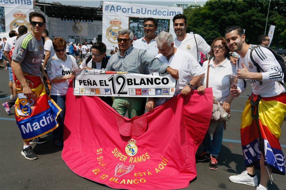 Aficionados del Real Madrid, en la 'fan zone' de su equipo en Milán