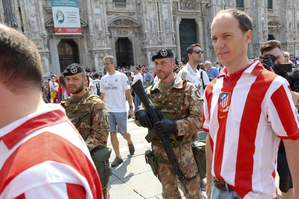 Soldados italianos, entre aficionados del Atlético, en Milán