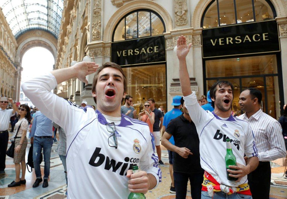 Madridistas animan a su equipo en la Galería Víctor Manuel II