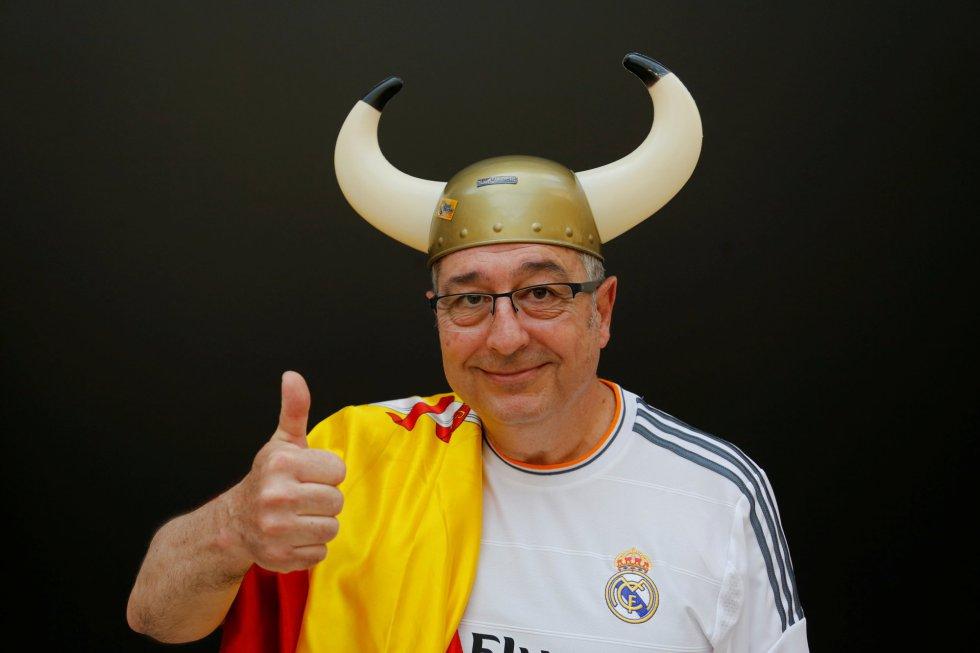 Un aficionado madridista posa con un gorro de vikingo