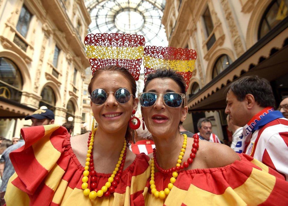 Dos seguidoras españolas disfrutan en las calles de Milán horas antes del partido de la final de la Liga de Campeones