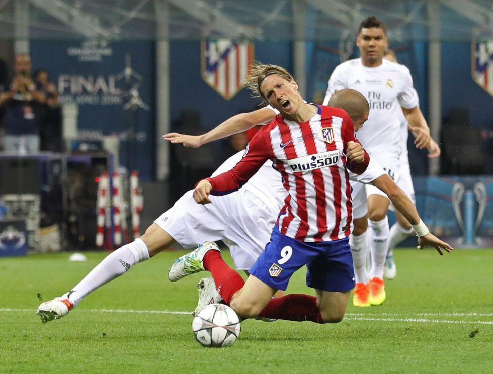 Instante en el que Pepe comete penalti sobre Fernando Torres