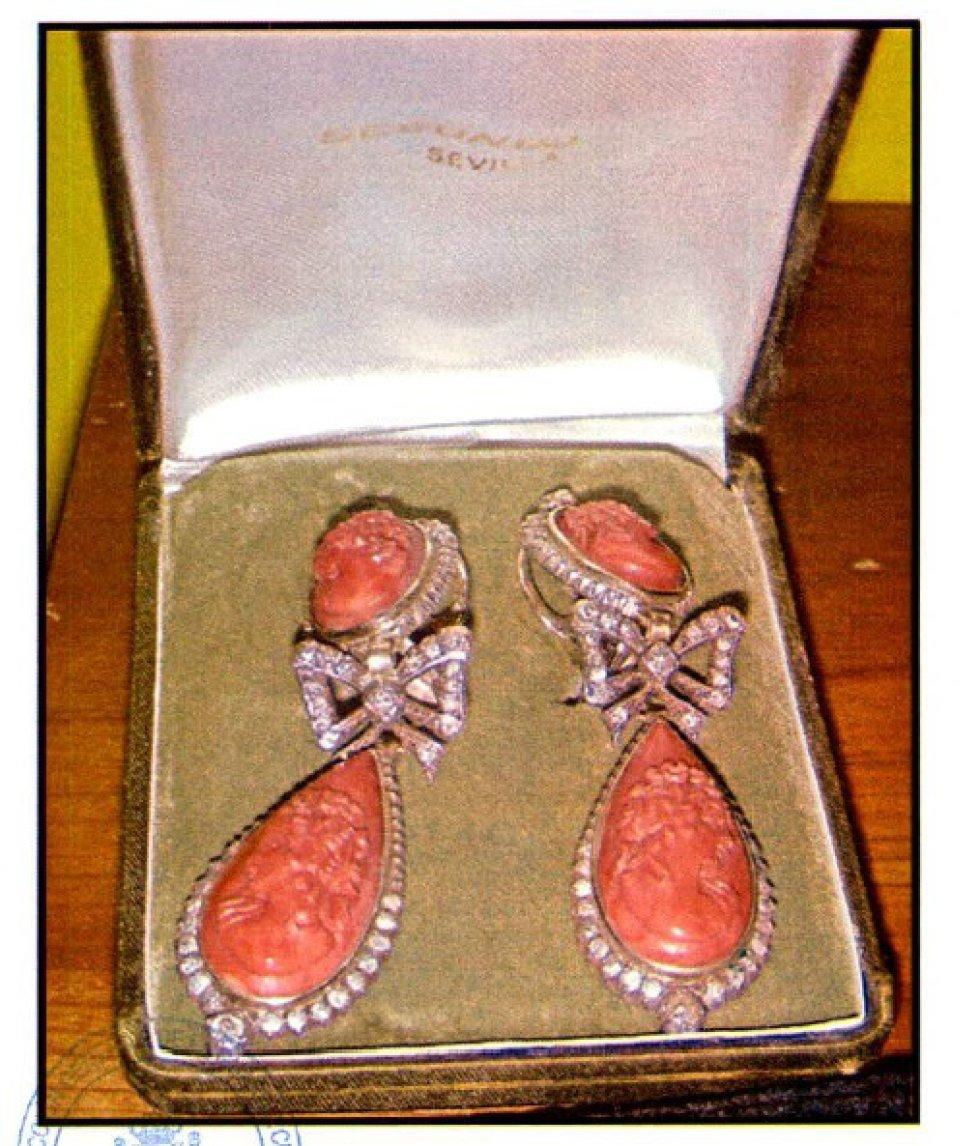 Pendientes con piedras preciosas en la caja fuerte del Banco de Sabadell propiedad de Langdon.