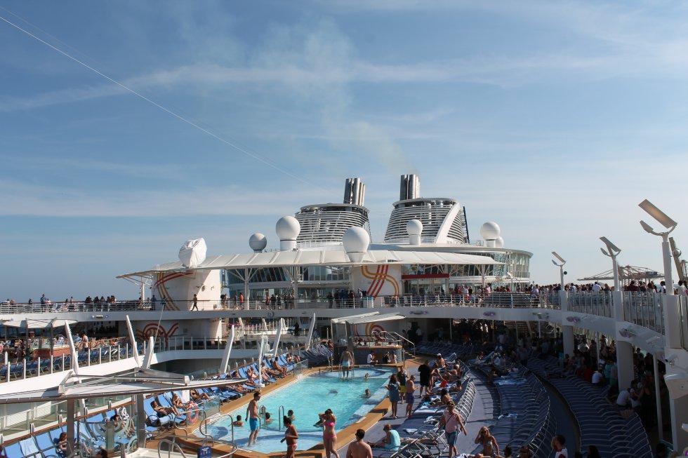 En la cubierta 16 del crucero hay 4 piscinas, 12 jacuzzis y varias atracciones acuáticas.