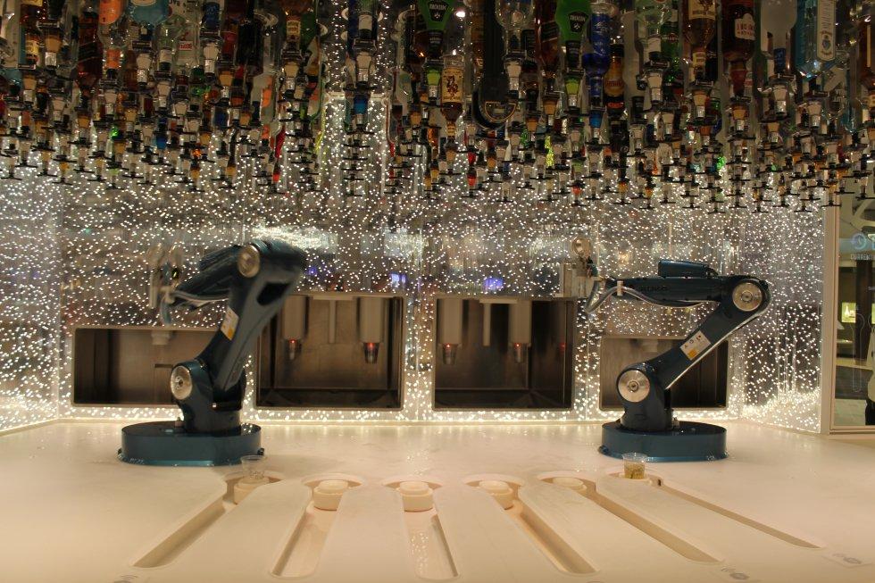 Bar biónico en el que dos robots preparan cocktails personalizados según los gustos del cliente.
