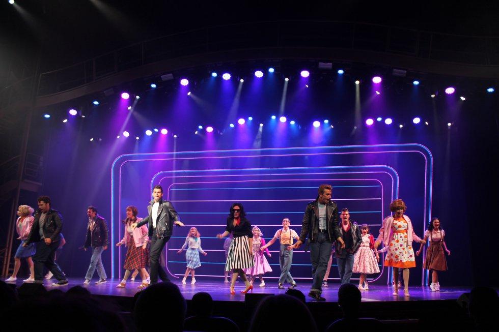 El crucero cuenta con un teatro donde actualmente se representa el musical Grease de Broadway