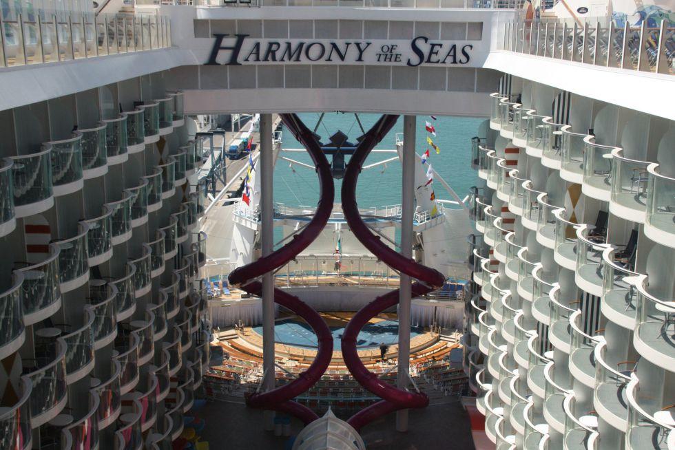 Vista general de 'Abyss', el tobogan en seco más alto en una embarcación, con una caída que equivale a 10 pisos del crucero
