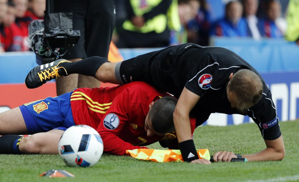 El delantero de la selección española, Álvaro Morata, derriba al juez de línea en una jugada del partido España-República Checa.