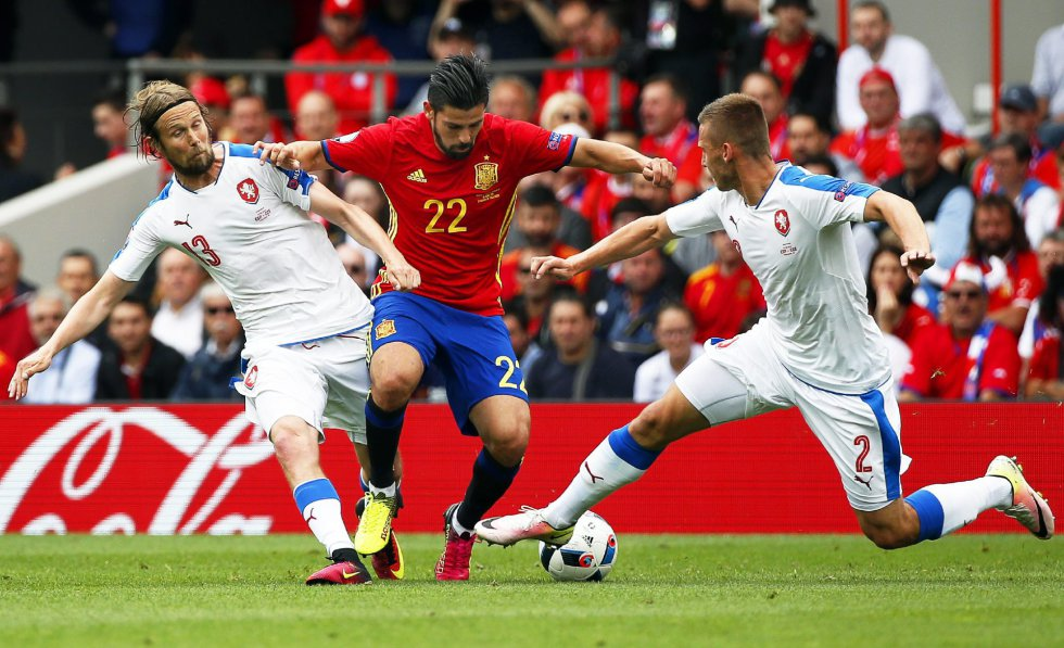 Nolito entre dos jugadores de la selección checa.