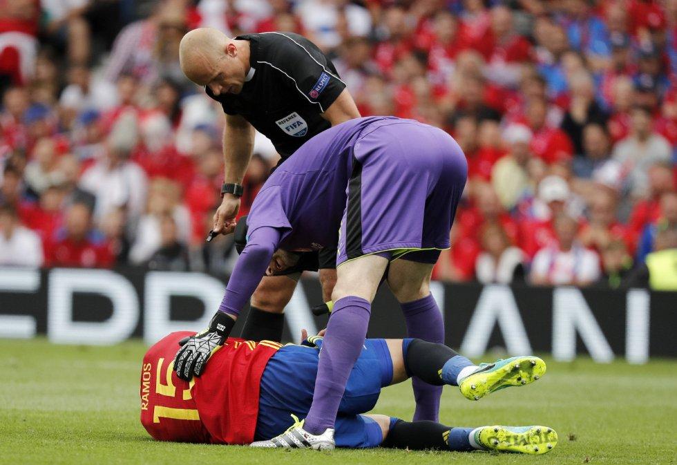 El defensa de la selección española Sergio Ramos (en el suelo) se lamenta ante el portero de la selección checa Petr Cech y el árbitro Szumon Marciniak.