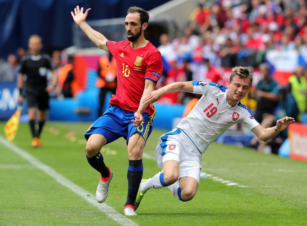 El lateral de la selección española Juanfran en una disputa con el checo Ladislav Krejci.