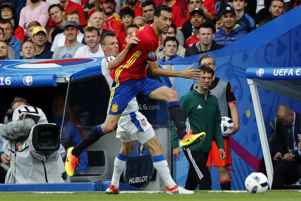 Sergio Busquets lucha por un balón con el centrocampista de la República Checa Vladimir Darida.