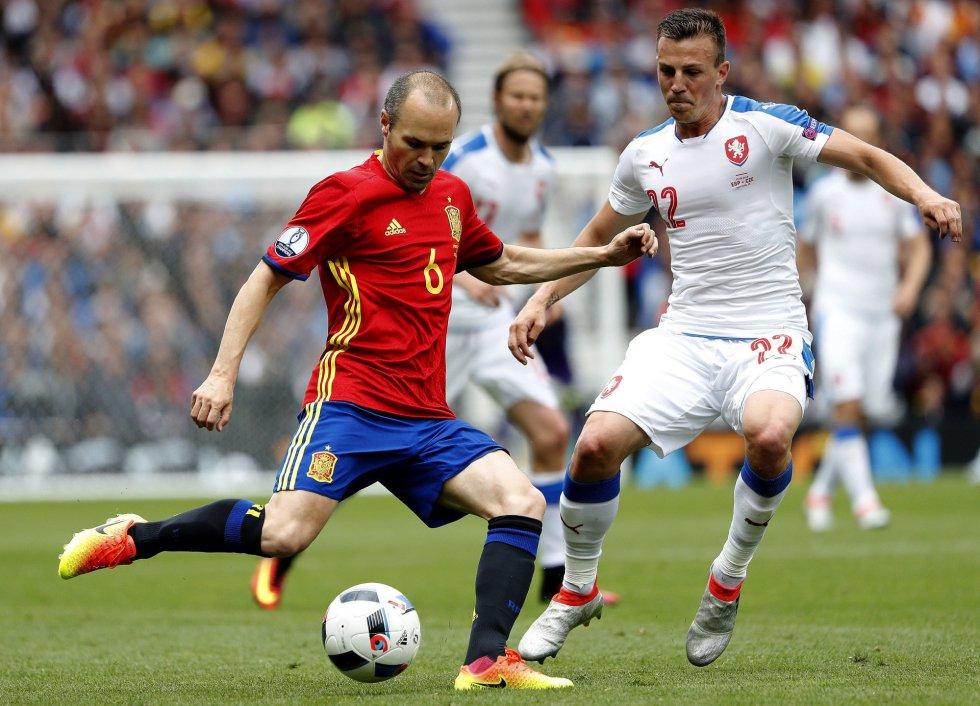 Andrés Iniesta durante el partido.