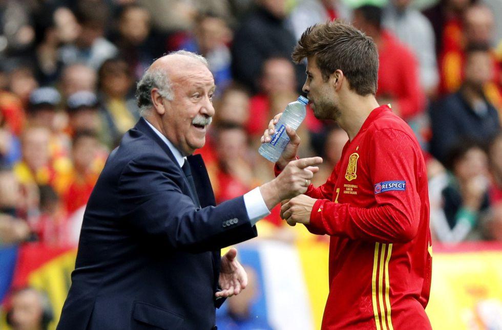 El seleccionador de España, Vicente del Bosque, da instrucciones al defensa Gerard Piqué.