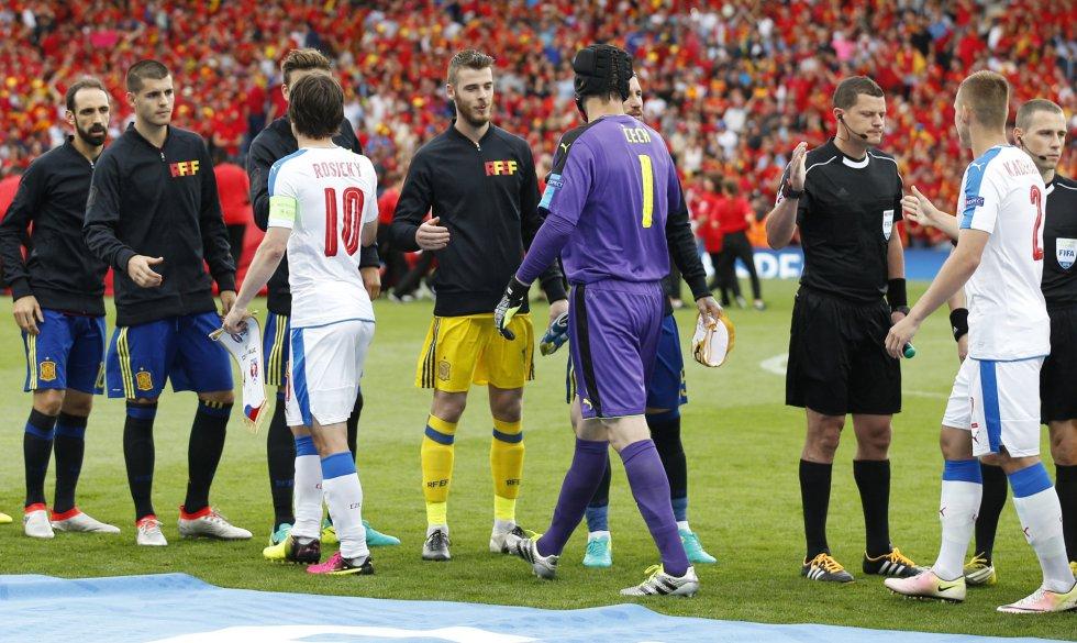 Saludo entre las selecciones de España y la República Checa antes de comenzar el partido.