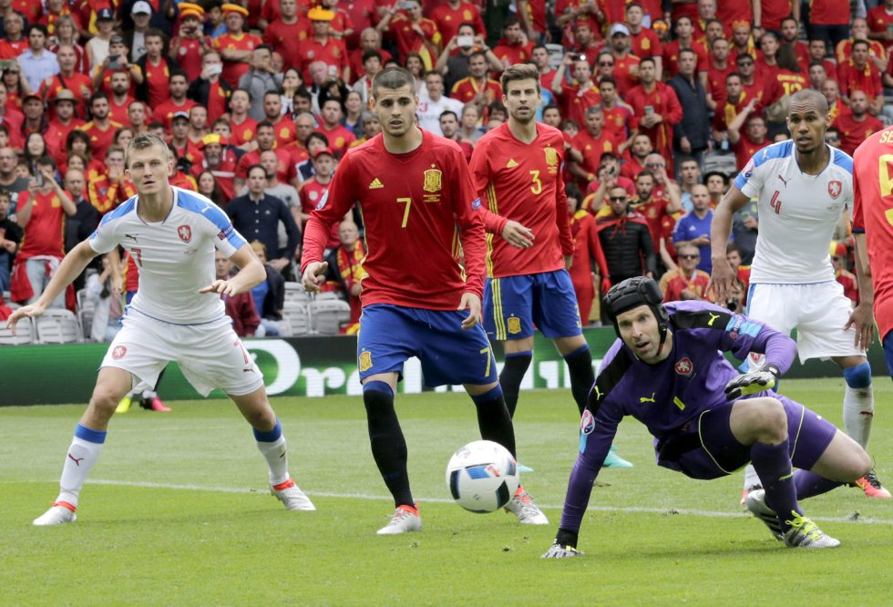 El portero checo Petr Cech mirando el balón.