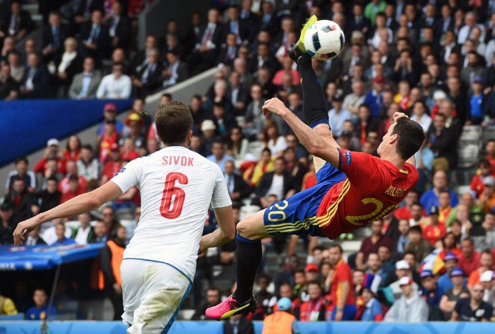 El delantero español Aritz Aduriz remata de chilena. El jugador del Athletic de Bilbao ha entrado en la segunda parte sustituyendo a Morata.