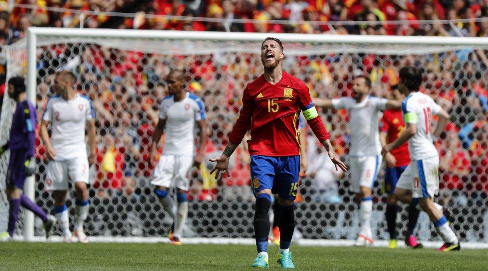 El defensa de la selección española Sergio Ramos se lamenta ante una ocasión de gol durante el partido España-República Checa.