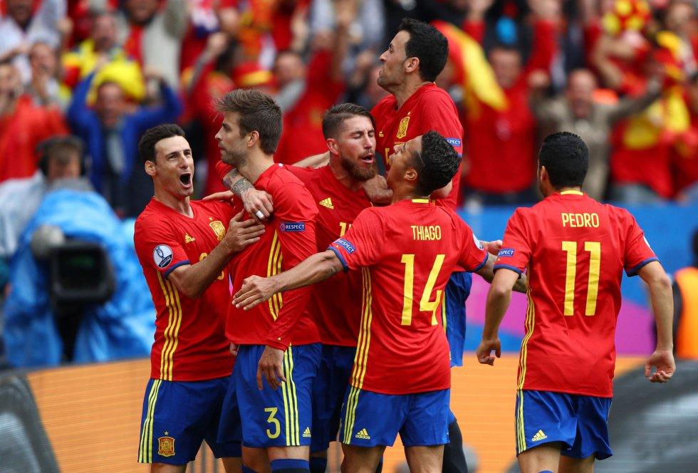 La selección española celebra el gol de la victoria ante la República Checa.