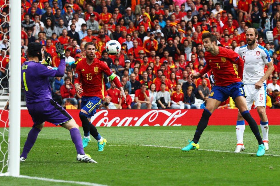 Gerard Piqué remata de cabeza para hacer el 1-0 que ha supuesto la victoria de España sobre la República Checa.