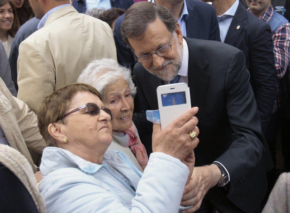 El líder del PP, Mariano Rajoy, se hace un 'selfie' con unas simpatizantes durante el acto electoral de su partido en Guadalajara.