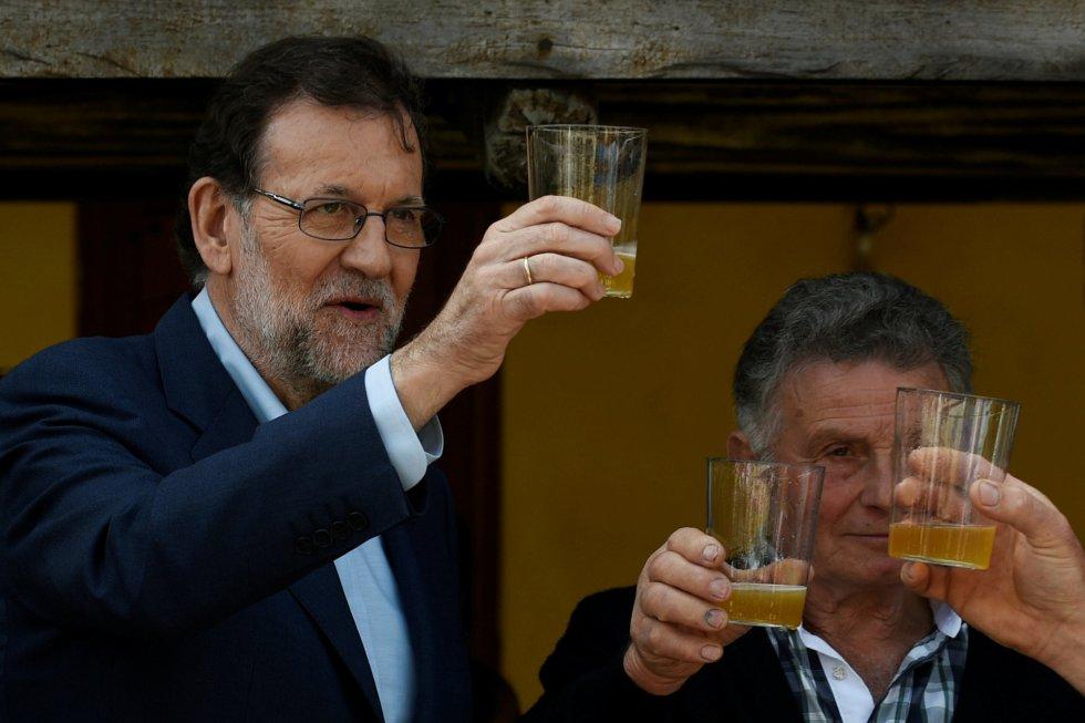 El líder del Partido Popular brinda con sidra en Asturias, durante su acampaña electoral.