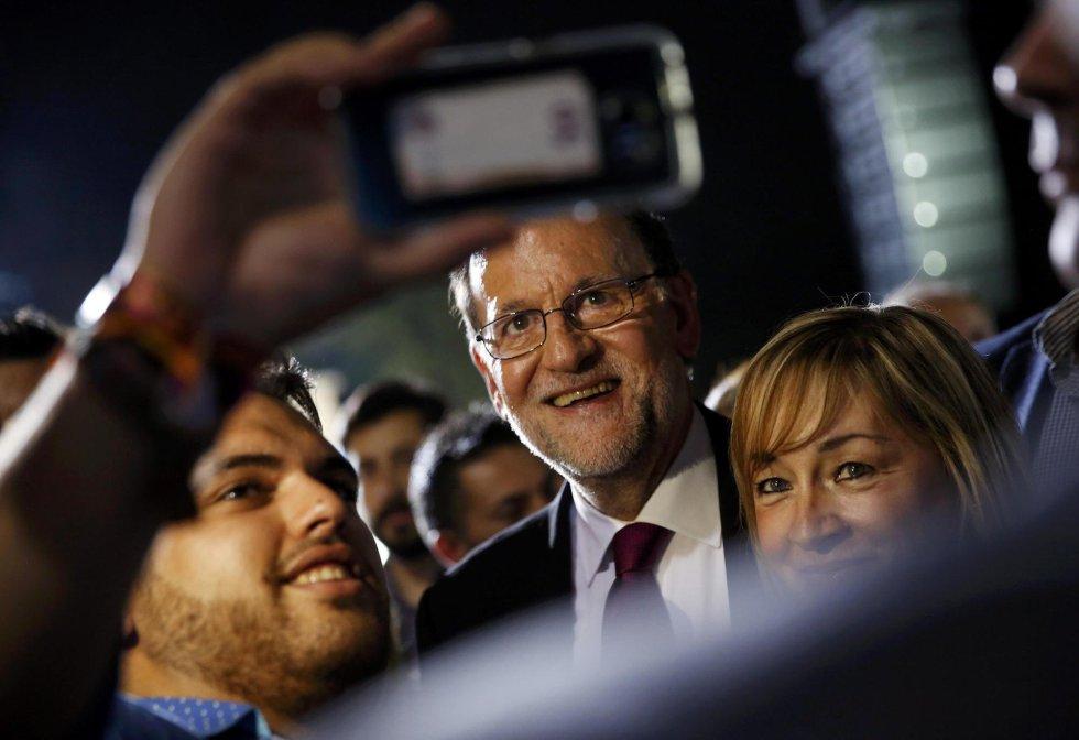 El presidente del Gobierno en funciones haciéndose un 'selfie' con simpatizantes de su partido.