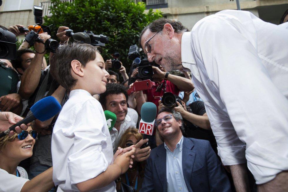 El líder del Partido Popular, Mariano Rajoy durante el encuentro que con el niño que participó en el programa de televisión de telecinco, '26-J Quiero Gobernar'.