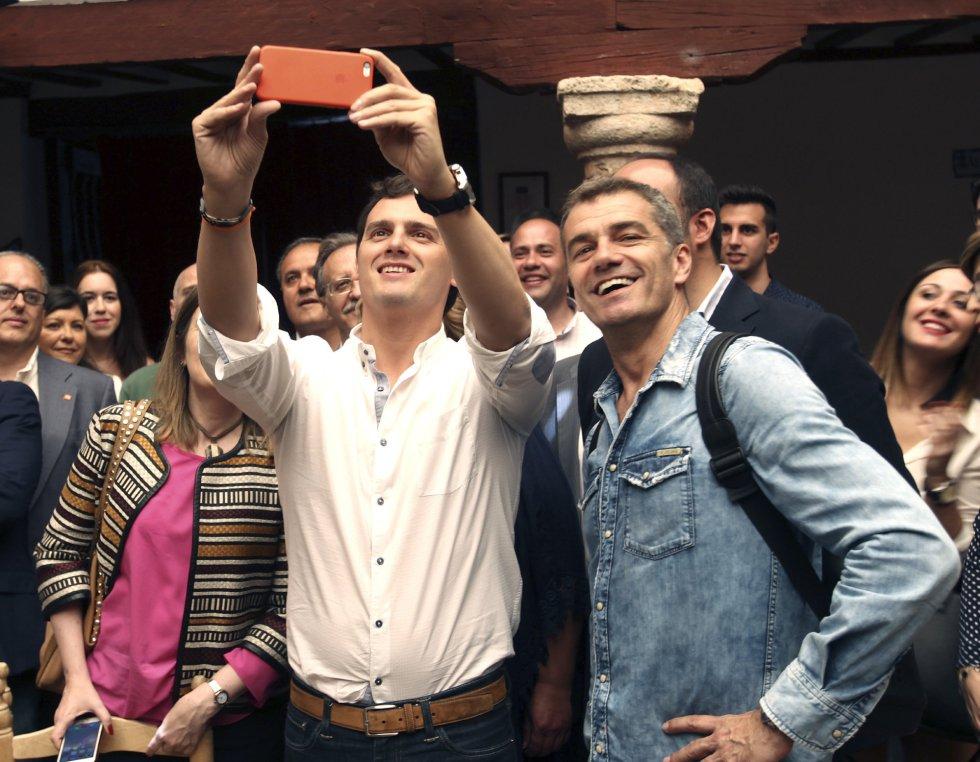 El líder de Ciudadanos, Albert Rivera, acompañado de Toni cantó, se hace un 'selfie' durante la visita a Almagro, en Ciudad Real.