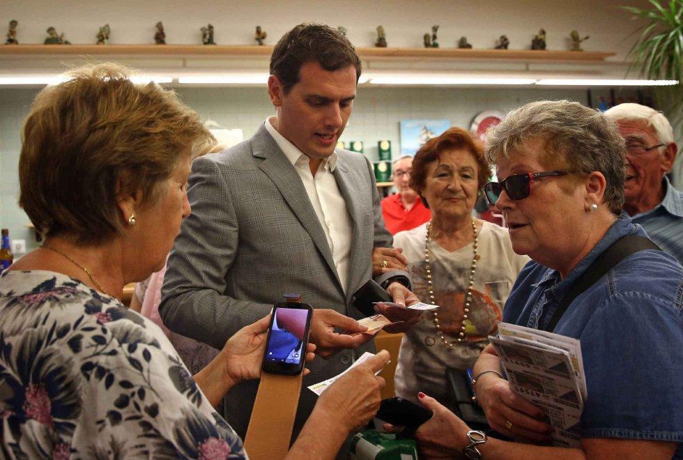El candidato de la formación naranja, Albert Rivera, compra unos cupones de loteria durante su visita al Casal de Gent Gran Can Saladrigas en Barcelona.
