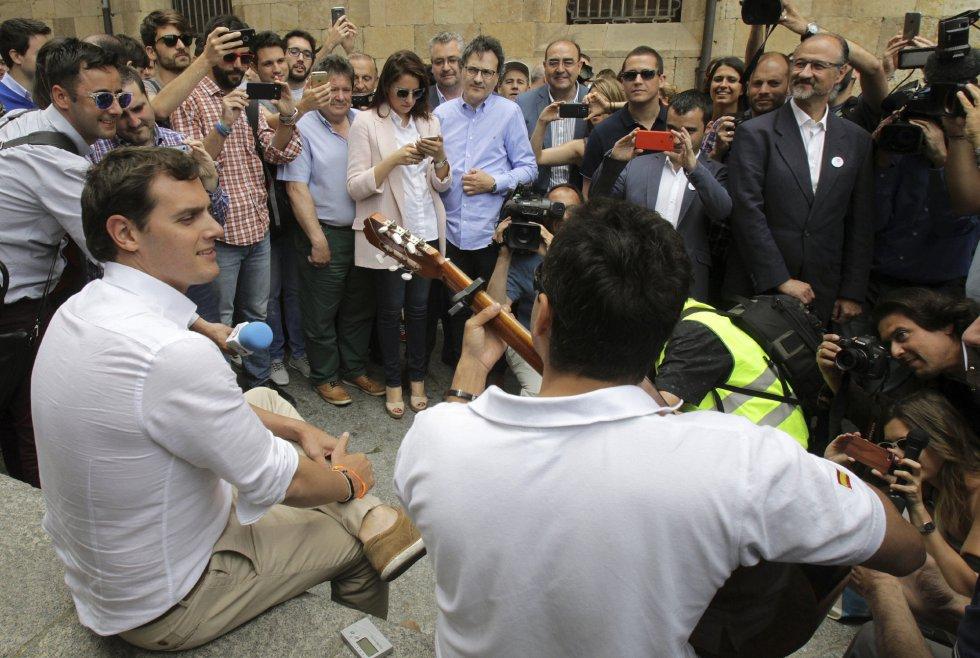 El presidente de Ciudadanos, Albert Rivera, durante un acto de campaña celebrado en Salamanca canta junto a un guitarrista.