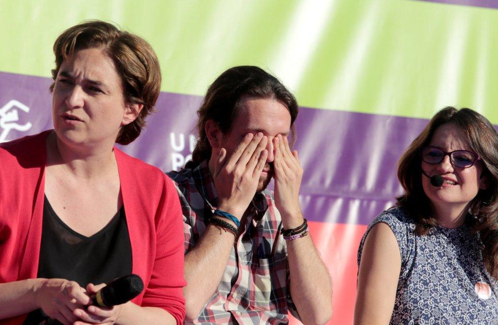 El líder de Unidos Podemos se tapa los ojos durante un mitin de su campaña electoral en Palma de Mallorca.