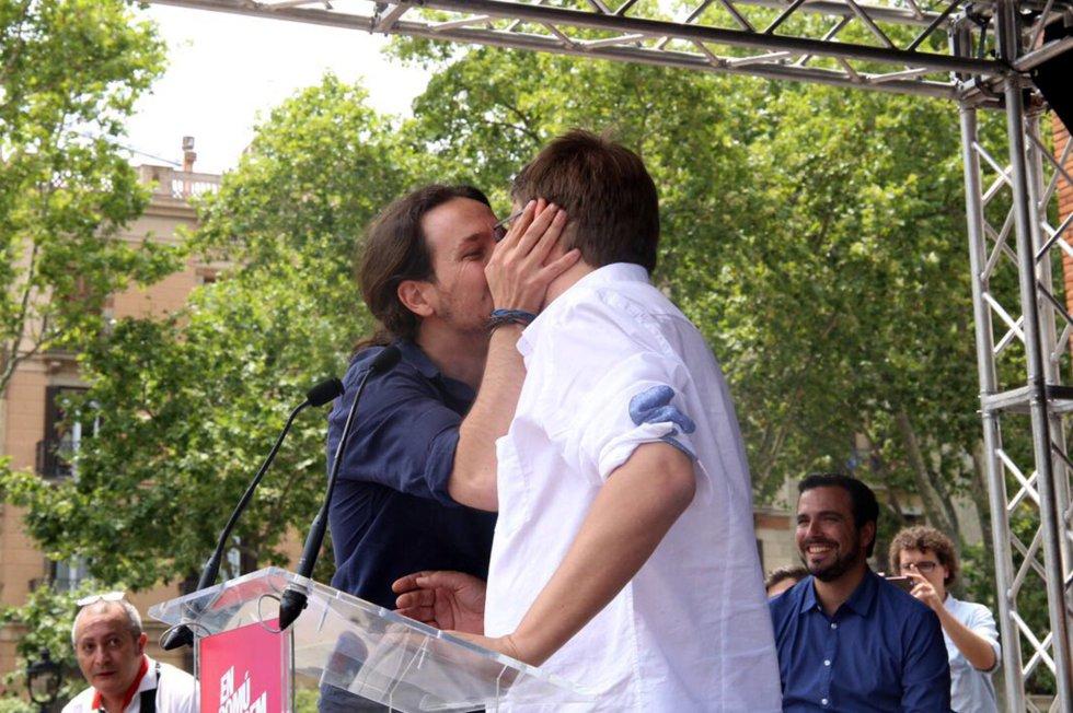 Pablo Iglesias y Xavier Domènech se dan un beso durante durante un mitin de su campaña.