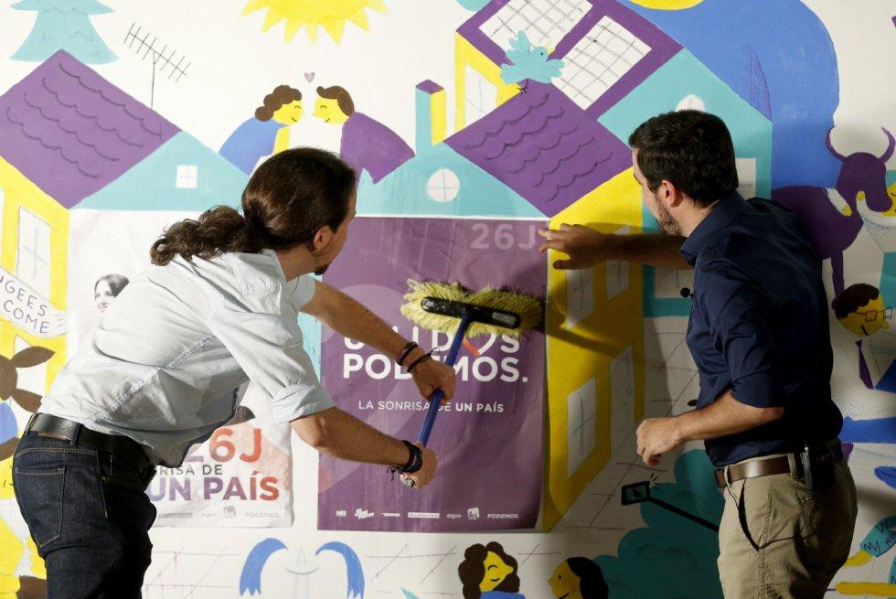 El candidato de Unidos Podemos a la Presidencia del Gobierno, Pablo Iglesias, junto al coordinador de IU, Alberto Garzón, durante el acto de inicio de la campaña electoral.