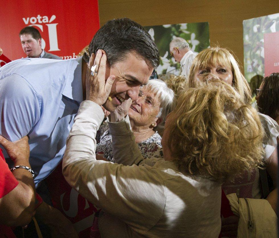 Simpatizantes del PSOE de Logroño saludan al candidato socialista a la Presidencia del Gobierno, Pedro Sánchez.