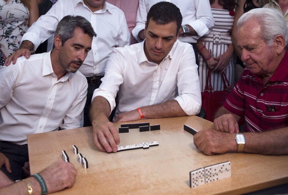 El líder del PSOE, Pedro Sánchez, durante una partida de dominó con los mayores del centro de Anica Torres de Benalmádena (Málaga).