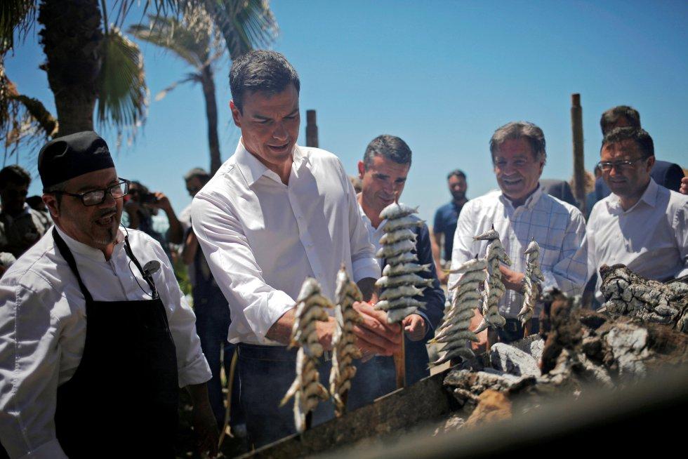Pedro Sánchez preparando espetos de sardinas en la ciudad de Marbella durante su campaña eñectoral.