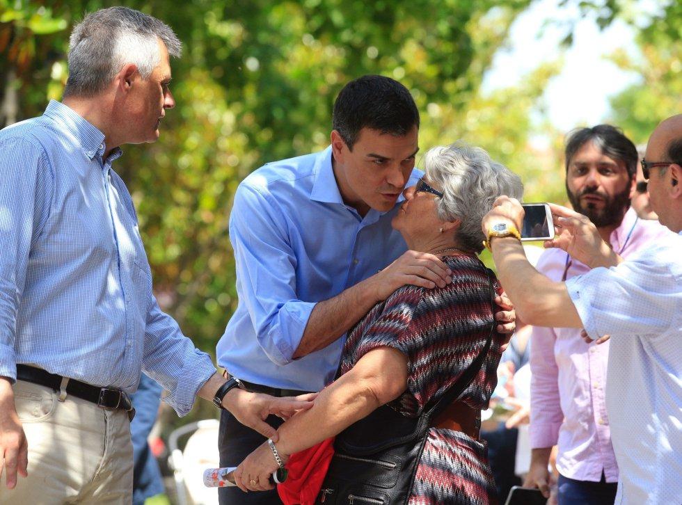 El secretario general del PSOE, Pedro Sánchez, saluda a una vecina durante la visita realizada a la localidad madrileña de Móstoles.