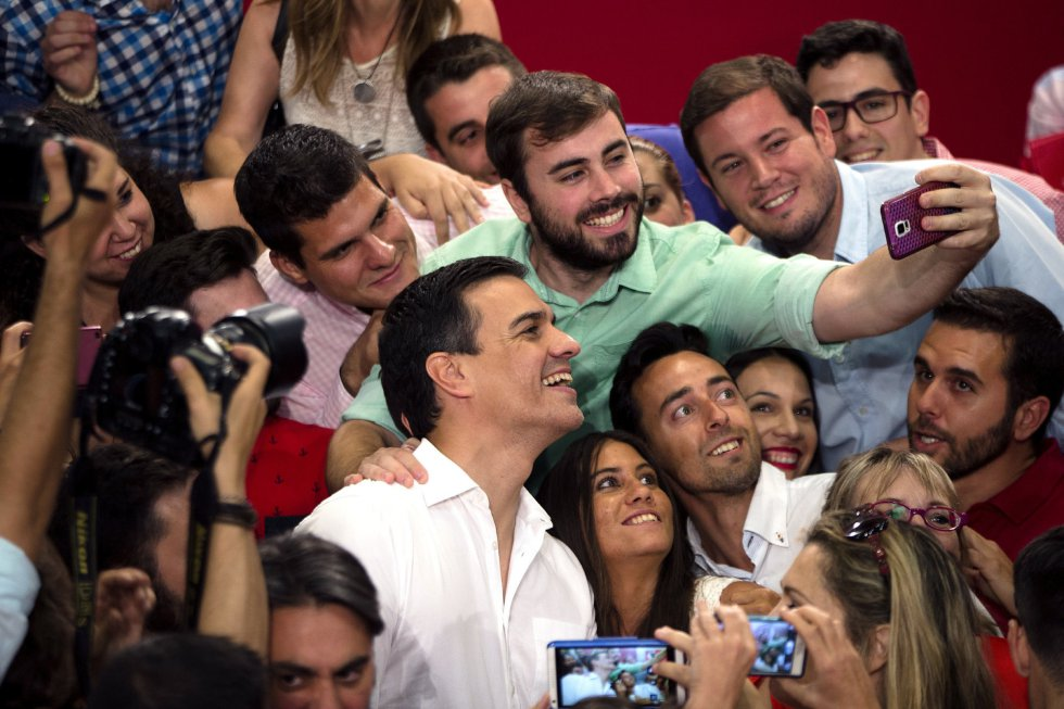 El secretario general del PSOE, Pedro Sánchez, se hace un 'selfie' en su intervención en el mitin en la Universidad de Derecho en Málaga.