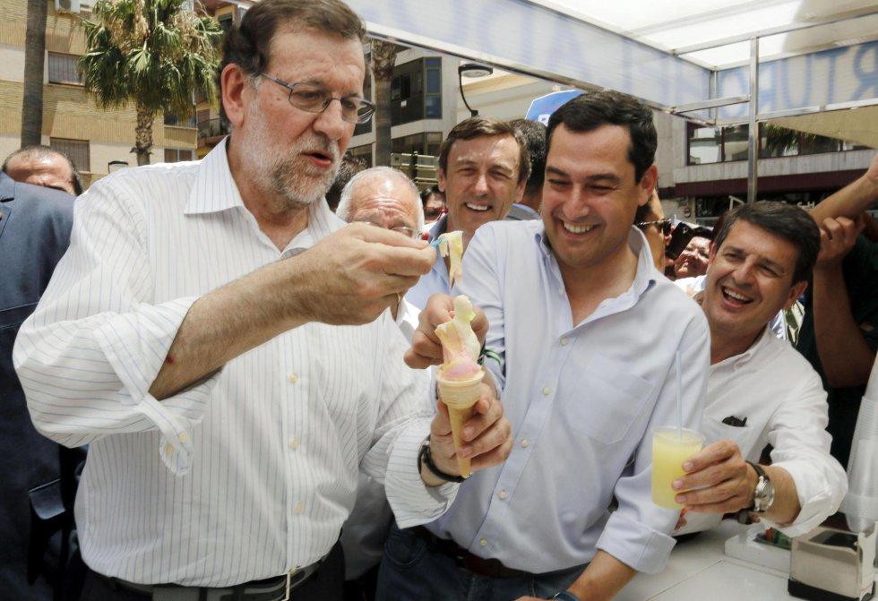 El líder del Partido Popular, Mariano Rajoy, se toma un helado frente al Ayuntamiento de Adra (Almería).