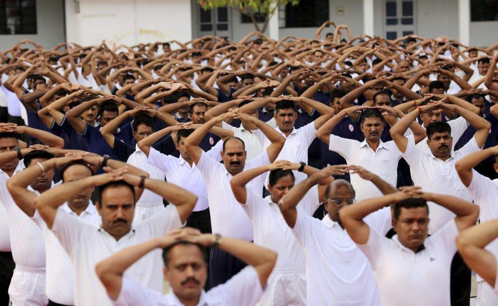 Una multitud participa en una clase multitudinaria de yoga durante la celebración del Día Internacional del Yoga en Bhopal (India).