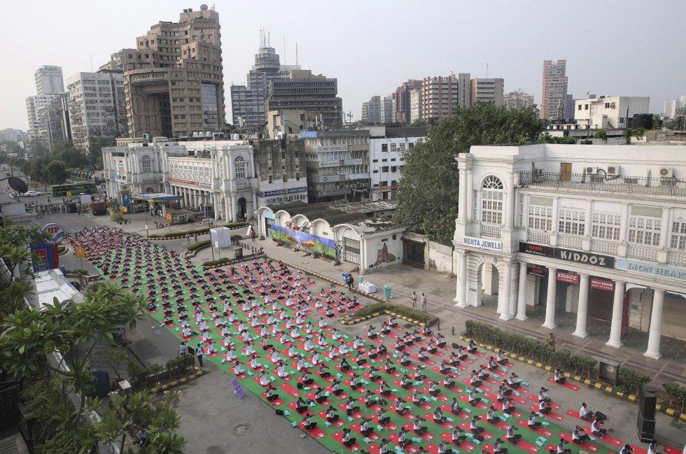Una multitud participan en una clase multitudinaria de yoga durante la celebración del Día Internacional del Yoga en Nueva Delhi (India) hoy, 21 de junio de 2016.