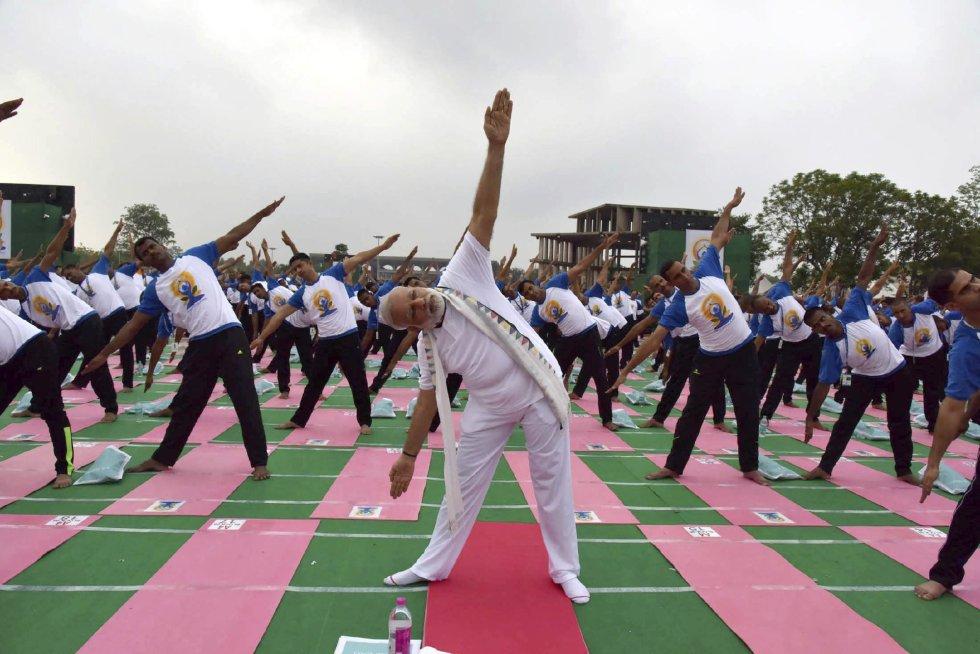 El primer ministro indio, Narendra Modi participa en una exhibición de yoga en el complejo del Capitol con motivo del Día Internacional del Yoga en Chandigarh (India).